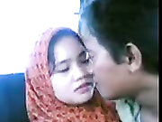 Download video bokep Malay couple kissing in the car Mp4 terbaru